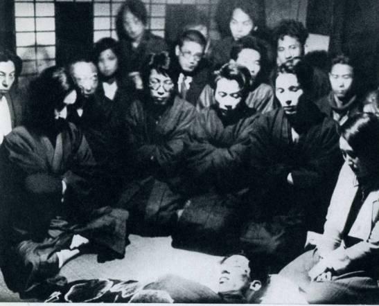 Amigos de Kobayashi Takiji en vela frente a su cadáver