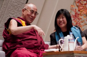 El Dalai Lama y Yoshimoto Banana en la conferencia internacional en Kioto.  Noviembre 24, 2013.