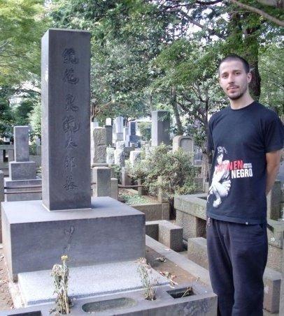 El autor de esta entrada, junto a la tumba de Izumi Kyōka en Zōshigaya. (Agosto de 2009)