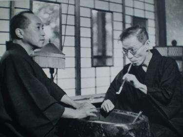 Izumi Kyōka con el escritor y crítico Satomi Ton. Esta fotografía, de 1939, fue tomada meses antes de su muerte.