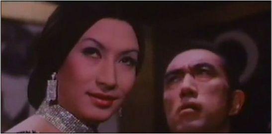 Miwa Akihiro como Kurotokage en la película del mismo título. En segundo plano, el escritor Mishima Yukio (1925-1970) haciendo un cameo como estatua de un hombre disecado.